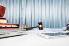 Rechtsanwaltschreibtischtabelle, Hammer mit Buch Lizenzfreie Stockfotografie