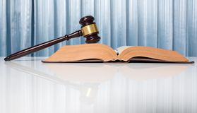 Rechtsanwaltschreibtischtabelle, Hammer mit Buch im Gerichtssaal Stockbilder