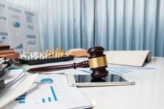 Rechtsanwaltschreibtischtabelle, Hammer mit Buch im Gerichtssaal Stockfoto