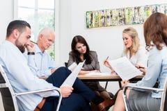 Rechtsanwälte, die Teambesprechung in der Sozietät haben Lizenzfreies Stockfoto