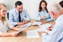 Rechtsanwälte, die Teambesprechung in der Sozietät haben Stockfotos