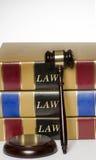 Rechtsauffassungshammer und Gesetzbücher Stockbilder