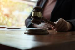 Rechtsberater stellt dem Kunden einen unterzeichneten Vertrag mit Hammer und legalem Gesetz dar stockbilder