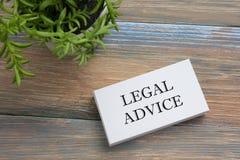 Rechtsberatung Visitenkarte mit Mitteilung und Blume Büroartikel auf Schreibtischtischplatteansicht lizenzfreie stockfotos