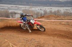Rechtsdrehend auf einem Motorrad mit einer Schiene und einem Beleg Stockbild