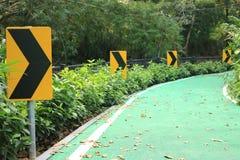 Rechtse kromme op waarschuwingsborden in de tuin royalty-vrije stock fotografie