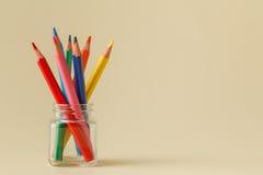 Rechtsläufige stehende Bleistifte im Glas Lizenzfreie Stockbilder