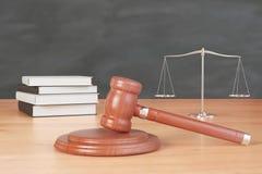Rechtsstreitinventar mit Hammer, Büchern und Skalen auf hölzernem tabl Lizenzfreie Stockfotos