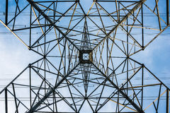 Rechtstreeks omhoog de toren van macht Royalty-vrije Stock Afbeeldingen
