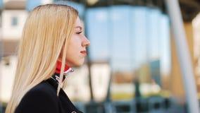 Rechtstreeks overweldigend jonge vrouwengangen langs de spiegelmuur buiten stock footage