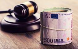 Rechtvaardigheid en euro geld Euro munt Hof hamer en gerolde Euro bankbiljetten Vertegenwoordiging van corruptie en omkoperij in  Royalty-vrije Stock Foto