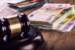 Rechtvaardigheid en euro geld Euro munt Hof hamer en gerolde Euro bankbiljetten Vertegenwoordiging van corruptie en omkoperij in  Stock Foto