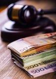 Rechtvaardigheid en euro geld Euro munt Hof hamer en gerolde Euro bankbiljetten Vertegenwoordiging van corruptie en omkoperij in  Stock Foto's