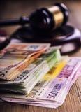 Rechtvaardigheid en euro geld Euro munt Hof hamer en gerolde Euro bankbiljetten Vertegenwoordiging van corruptie en omkoperij in  Royalty-vrije Stock Afbeelding