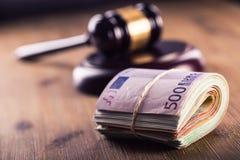 Rechtvaardigheid en euro geld Euro munt Hof hamer en gerolde Euro bankbiljetten Vertegenwoordiging van corruptie en omkoperij in  Stock Fotografie