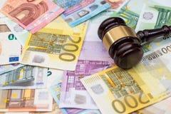 Rechtvaardigheid en euro muntgeld Vertegenwoordiging van corruptie en omkoperij royalty-vrije stock foto's