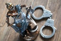 Rechtvaardigheid en handcuffs Royalty-vrije Stock Afbeeldingen