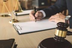 Rechtvaardigheid en wetsconcept advocaat die aan document documenten bij rechtszaal werken stock foto's