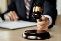 Rechtvaardigheid en wetsconcept advocaat die bij rechtszaal, selectieve nadruk werken royalty-vrije stock fotografie