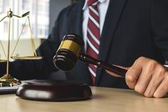 Rechtvaardigheid en wetsconcept advocaat die bij rechtszaal werken royalty-vrije stock afbeeldingen