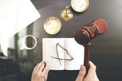Rechtvaardigheid en wetsconcept De hoogste mening van Mannelijke rechter dient een courtro in stock afbeelding