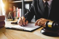 Rechtvaardigheid en wetsconcept Mannelijke Rechter in een Rechtszaal stock foto