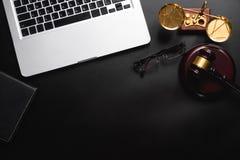 Rechtvaardigheid en wetsconcept Mannelijke Rechter in een Rechtszaal royalty-vrije stock fotografie