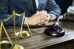 Rechtvaardigheid en wetsconcept Mannelijke rechter in een rechtszaal die aan houten lijst met documenten werken , wettelijke de h stock fotografie