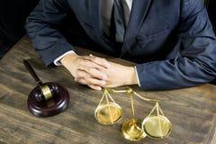 Rechtvaardigheid en wetsconcept Mannelijke rechter in een rechtszaal die aan houten lijst met documenten werken , wettelijke de h royalty-vrije stock afbeeldingen