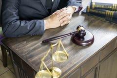 Rechtvaardigheid en wetsconcept Mannelijke rechter in een rechtszaal die aan houten lijst met documenten werken , wettelijke de h stock afbeelding