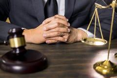 Rechtvaardigheid en wetsconcept Mannelijke rechter in een rechtszaal die aan houten lijst met documenten werken , wettelijke de h stock foto's