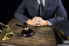 Rechtvaardigheid en wetsconcept Mannelijke rechter in een rechtszaal die aan houten lijst met documenten werken , wettelijke de h stock foto