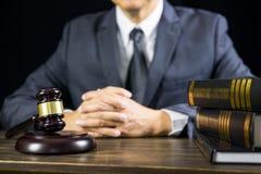 Rechtvaardigheid en wetsconcept Mannelijke rechter in een rechtszaal die aan houten lijst met documenten werken , wettelijke de h royalty-vrije stock afbeelding