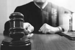 Rechtvaardigheid en wetsconcept Mannelijke rechter in een rechtszaal die g slaan stock afbeelding