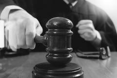 Rechtvaardigheid en wetsconcept Mannelijke rechter in een rechtszaal die g slaan royalty-vrije stock afbeeldingen