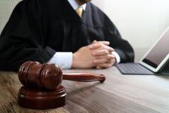 Rechtvaardigheid en wetsconcept Mannelijke rechter in een rechtszaal met de hamer stock foto's