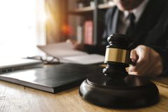 Rechtvaardigheid en wetsconcept Mannelijke rechter in een rechtszaal met de hamer, die werken met, digitale tablet stock foto