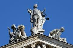 Rechtvaardigheid, onschuld en ondeugd boven op het Beierse Ministerie van justitiegebouw, München royalty-vrije stock foto's
