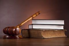Rechtvaardigheidsconcept met hamer op donkere achtergrond Royalty-vrije Stock Afbeelding