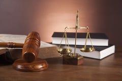 Rechtvaardigheidsconcept met hamer op donkere achtergrond Stock Foto's