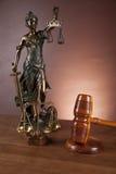 Rechtvaardigheidsconcept met hamer op donkere achtergrond Stock Foto