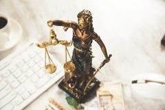 Rechtvaardigheidsdame en geld met toetsenbord stock foto's