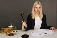 Rechtvaardigheidsschalen, rechtvaardigheidshamer en Procesdocument, vrouwelijke advocaat die wettelijke wet met gebruikslaptop we stock afbeelding