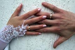 Recién casados de las manos Fotos de archivo