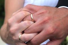 Recién casados entrelazados de las manos Imágenes de archivo libres de regalías