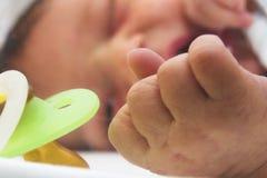 Recién nacido con el maniquí Foto de archivo