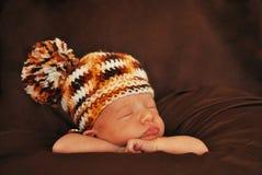 Recién nacido con la gorrita tejida Imagen de archivo libre de regalías
