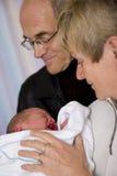 Recién nacido con los abuelos Fotografía de archivo