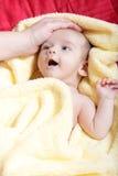 Recién nacido en manta amarilla suave Foto de archivo libre de regalías