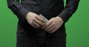 Reciba el concepto del pago Dinero del efectivo del control de la mano del hombre Dinero - USD almacen de metraje de vídeo